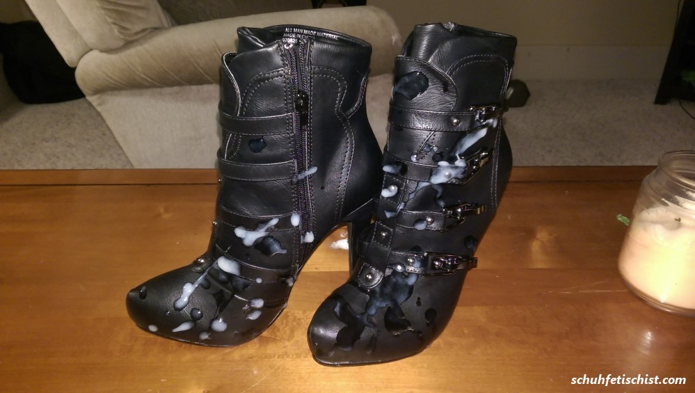 Schuh Einweihung - Stiefel und Fuß Fetisch Fotos