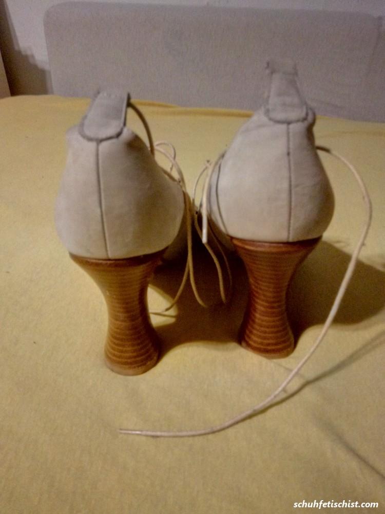 Auf die geilen Schuhe der Freundin gewichst - Stiefel und